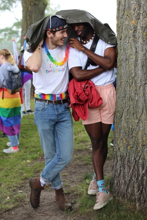 Sander en Laurebalogua met Rainbow Chain, halssieraad van Paul Derrez, 2021. Foto MisjaB, portret, acrylaat