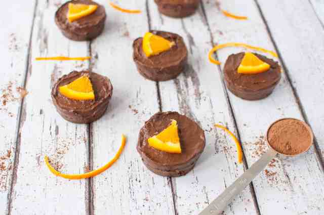 Clean eating chocolate orange cake recipe with only a few ingredients and protein bars as a base. Simple, delicious and no baking required #cleaneating #healthy #vegan #vegetarian