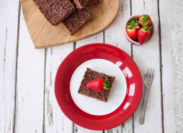 This clean eating chocolate oaty squares recipe calls only for 5 simple ingredients all of which are in your cupboard. Delicious, budget friendly and easy!