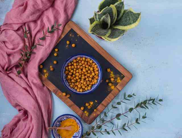Serial grazer? Then this spicy roasted chickpeas recipe is perfect as a snack but also to keep hungry stomachs at bay with a few handfuls of this delicious recipe #vegan #glutenfree #healthysnacks #healthysnacking