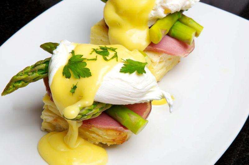 Best Miami Brunch - sugar factory - Manhattan Eggs Benedict