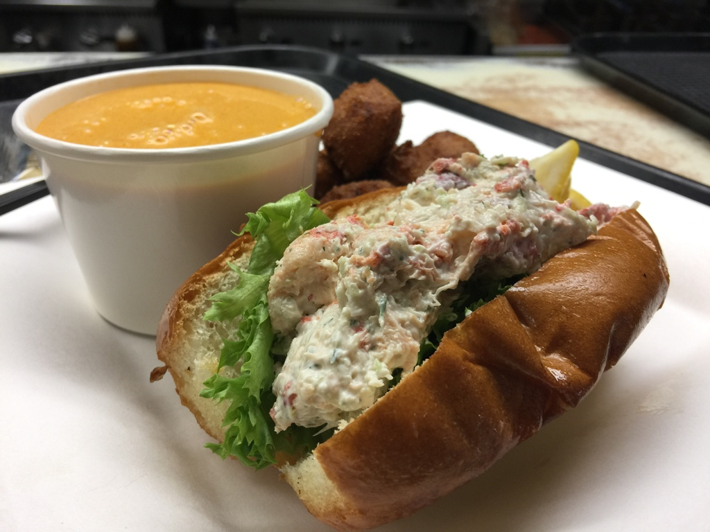 Una delle cose da assaggiare assolutamente da Captain Kidds è il Lobster Roll. Un delizioso panino farcito con morbida e cremosa aragosta.