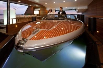 prva razkošna ladja s plavajočo garažo