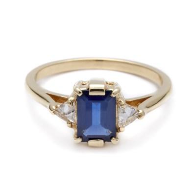 Anna Sheffield, Bea Three Stone Ring - Blue Sapphire (okoli 3500 evrov)