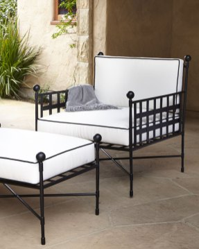 Avery Neoclassical Outdoor Lounge Chair & Ottoman (horchow.com, okoli 2000 evrov)