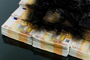 Klubska mizica z gorečimi evri.