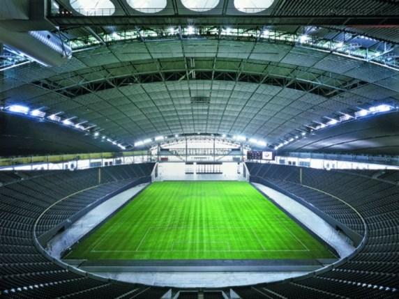 Japonski stadion Sapporo Dome lahko spremeni svojo podlago – na njej potekajo tako nogometne kot tudi bejzbol tekme. Sprejme lahko več kot 40.000 navdušencev.