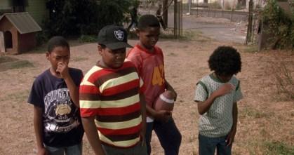 Doughboy (Ice Cube), Tre Styles (Cuba Gooding Jr.), Ricky Baker (Morris Chestnut) in Jason Furious Styles (Laurence Fishburne) v filmu Boyz n the Hood (1991)