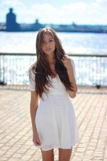 Bela čipkasta obleka
