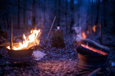 Večerni ogenj v objemu narave