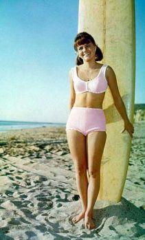 1965, 1966: Sally Field kot Gigdet v ljubkih dvodelnih roza kopalkah