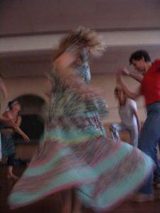 4 dansers, de strokenrok zwiert, een draagt met een rood, de ander een wit t- shirt