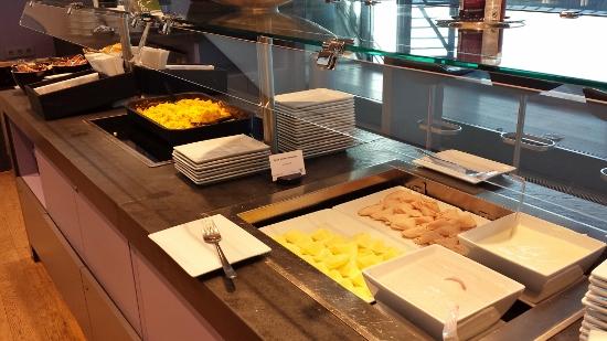 Austrian Airlines Senator Lounge Vienna breakfast