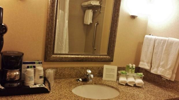 Holiday Inn Express Fairbanks king bathroom