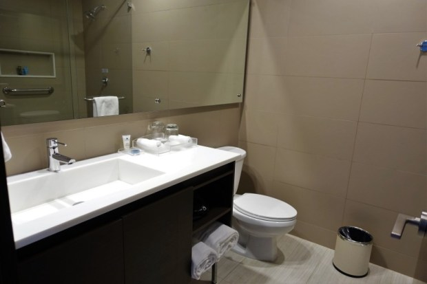 Crowne Plaza Panama Airport Hotel king bathroom