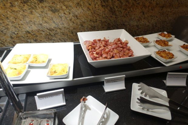 american airlines flagship lounge chicago hot breakfast