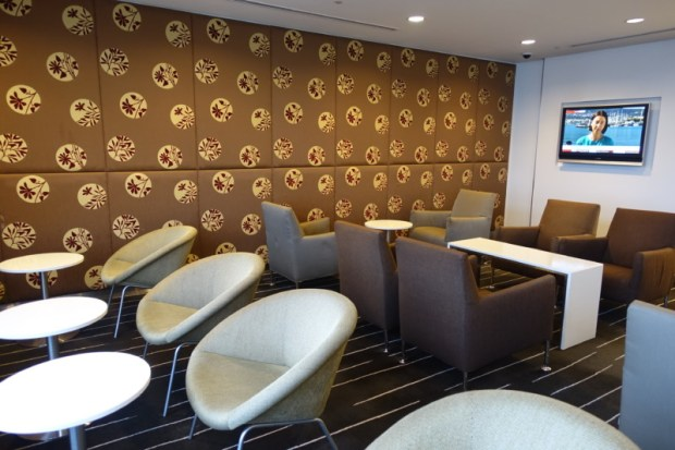 narita-airport-lounge-qantas-business-lounge-tv-area