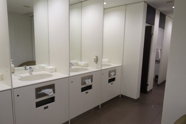 narita-airport-lounge-qantas-business-lounge-bathroom