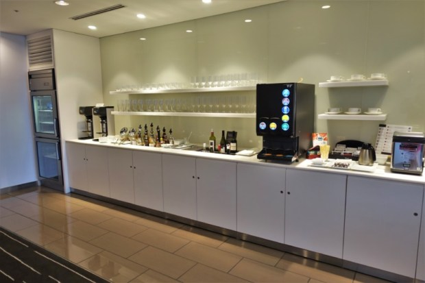 narita-airport-lounge-qantas-business-lounge-wine-liquor