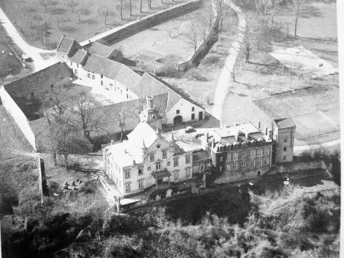 Luchtfoto van kasteel en boerderij van Caestert