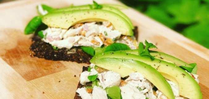 Kipsalade met roggebrood en avocado
