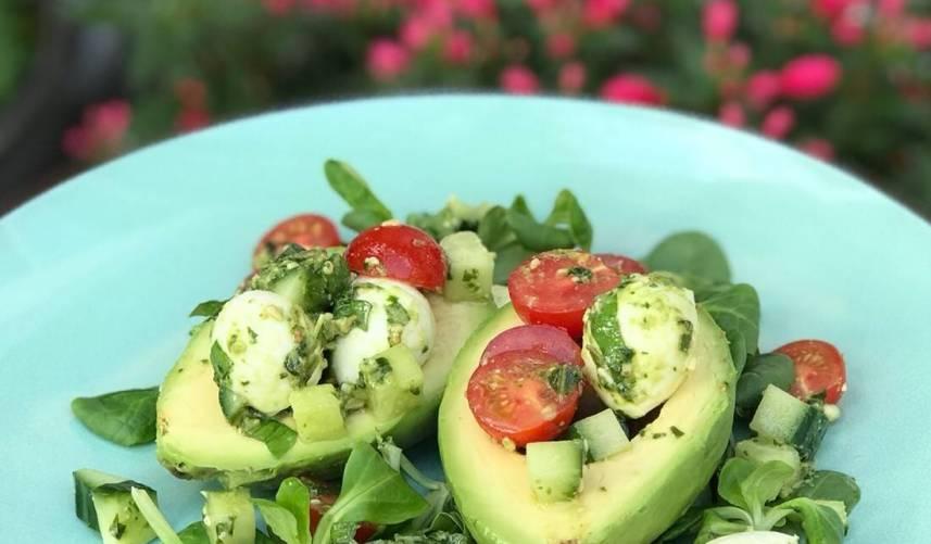Avocado pestosalade met mozzarella