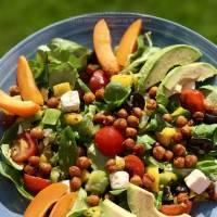 Salade met geroosterde kikkererwten