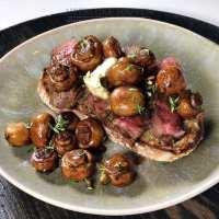 Toast met champignons en biefstuk
