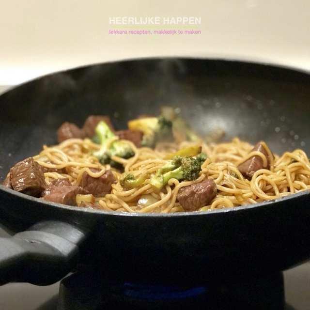 Woknoedels met biefstuk en broccoli
