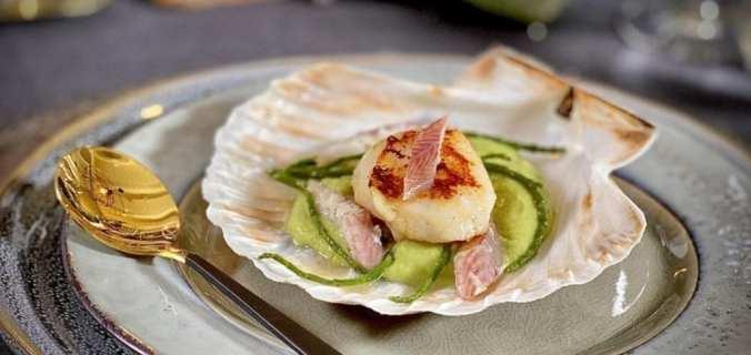 Gegrilde coquille met avocadocrème en paling