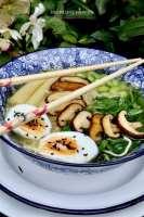 Gevulde noodle bowl met shiitakes