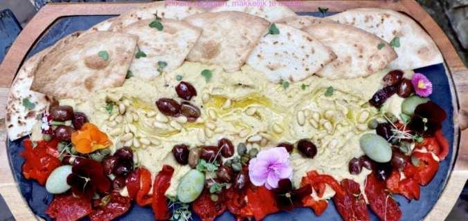Bourgondische hummus plank met olijven