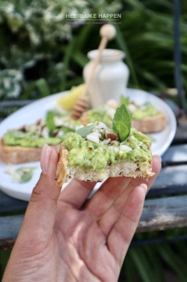 Makkelijke avocado toast met honing