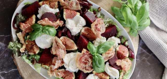 Gekarameliseerde rode ui en verse vijgen salade