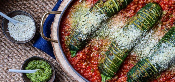 Hasselback courgette in tomaten linzensaus