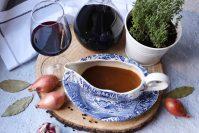 Klassieke vegetarische rode wijnsaus
