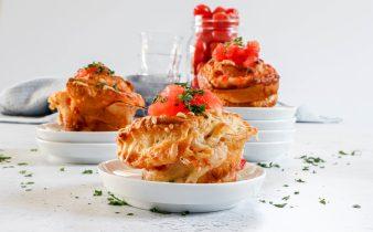 Hartige ontbijt cruffin met tomaat