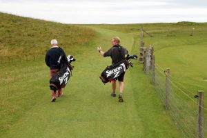 Auf dem Weg zum Ball kann man sich Golf Witze erzählen