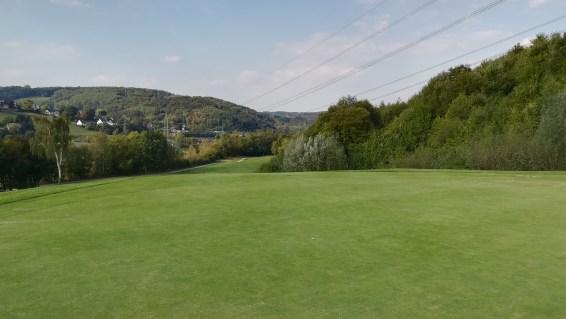 Oben auf dem Grün mit Blick ins Tal