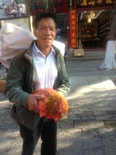Entweder hat er das Huhn gekauft oder er will es verkaufen …..