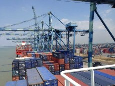 An diesen Seilen werden die Container in affenartiger Geschwindigkeit an ihre Position gehievt