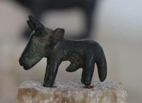 Das heißt zwar nur Tierfigur, scheint aber tatsächlich ein Stier zu sein.