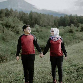 foto prewedding romantis pegangan tangan