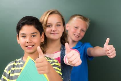 3 fröhliche Kinder bei Nachhilfe