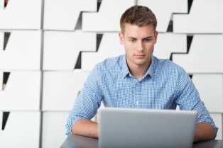 SEO: Mann macht im Büro On- und Offpageoptimierung