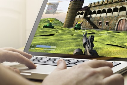 Spieletester testet Ballerspiel auf Laptop