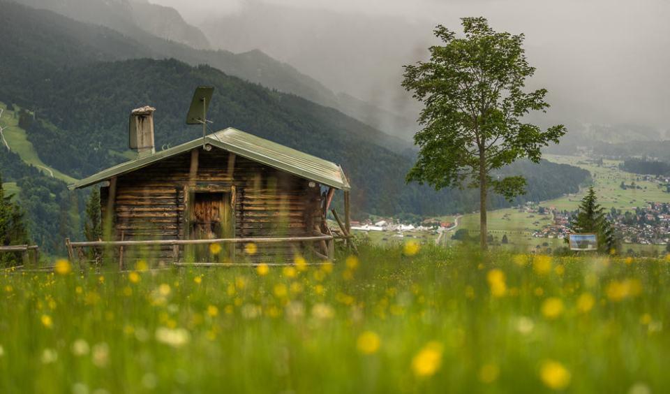 Die Eckenhütte im Frühling im Hintergrund nähert sich ein Regenschauer