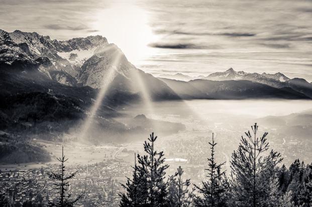 Die Sonne verschwindet hinter der Zugspitze