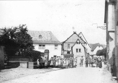 1890 Horchheim Bild Ansicht heutiger Jahnplatz mit Brunnen, Kinder und Erwachsene