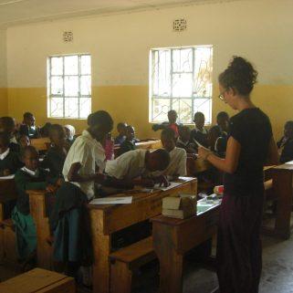 Sylvia Wohlschieß beim Unterricht in der Schule